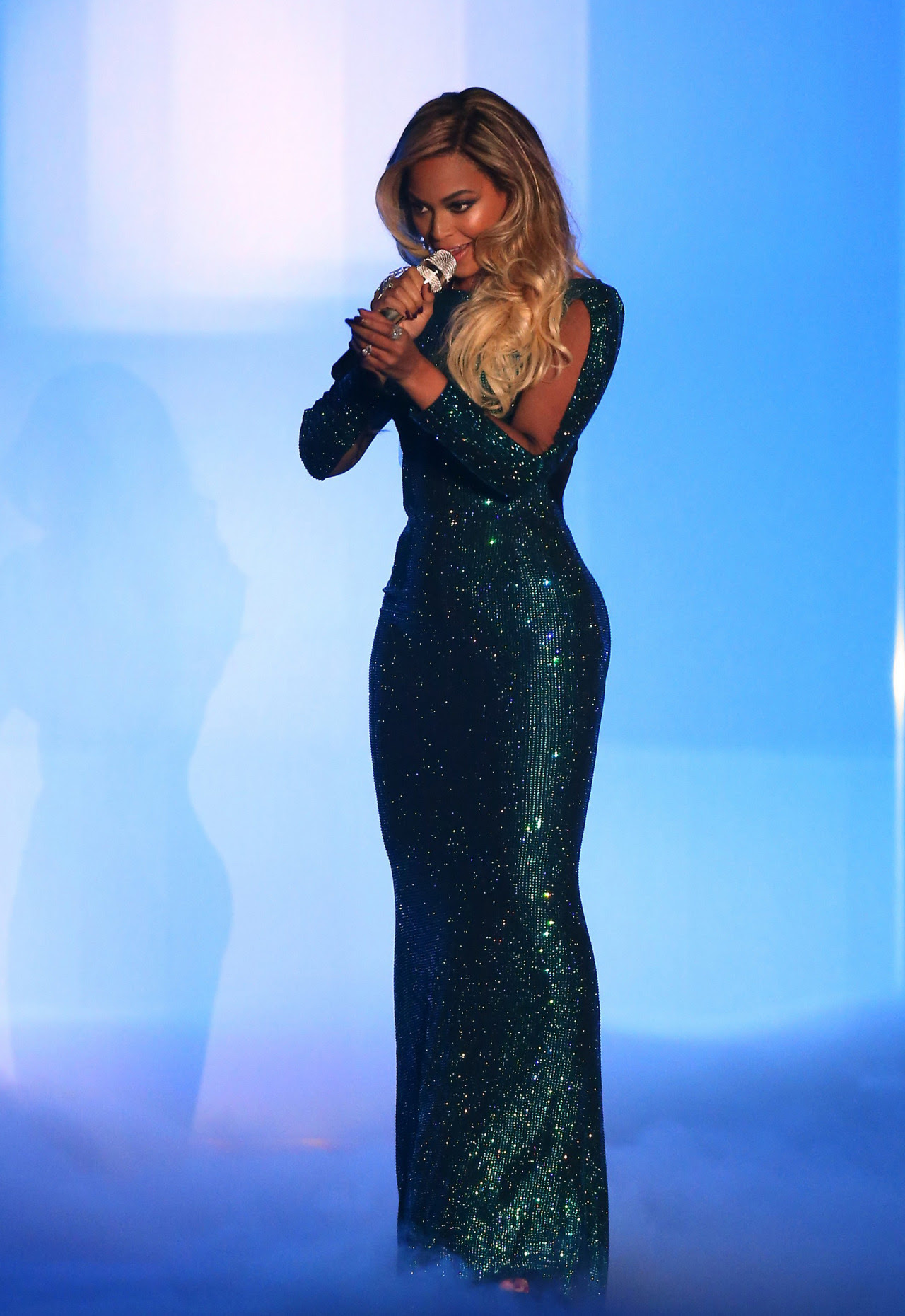 Beyoncé bedazzles with 'XO' performance at Brit Awards...
