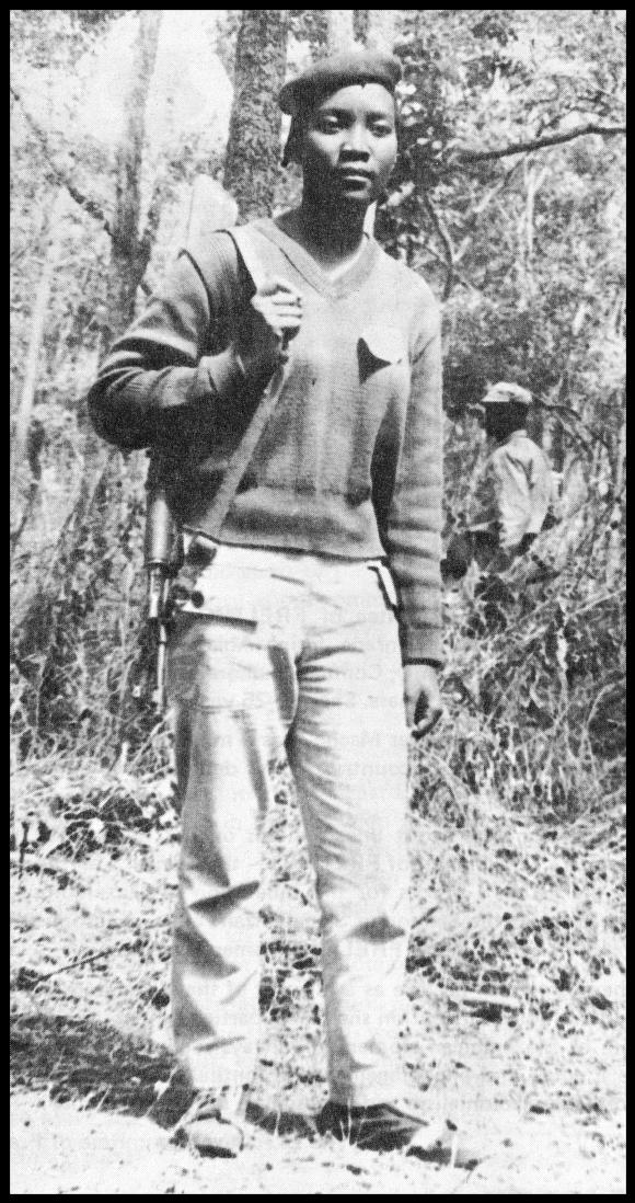 Josina Machel, com rifle
