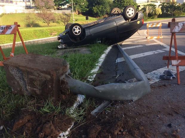 Carro capotou e atingiu placa de trânsito (Foto: Carlos Santos/G1)