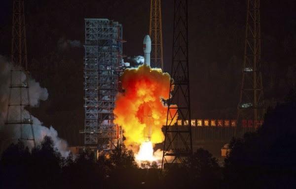 Nave espacial chino se puso en marcha el viernes (24) en Sichuan. Equipo Misión a la Luna (Foto: AP)