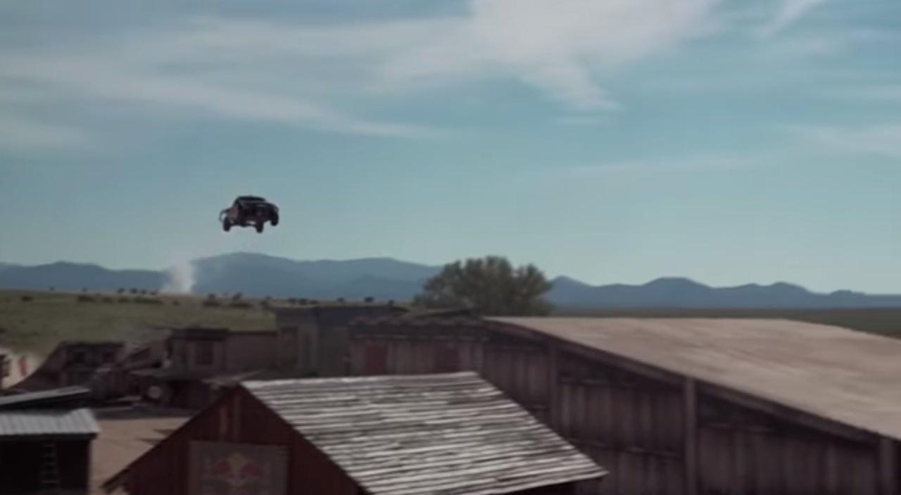 Американець встановив рекорд зі стрибків у довжину на автомобілі (відео)