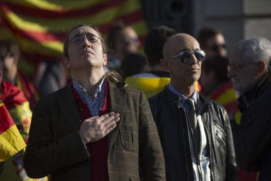 Des manifestants appelant au respect de la démoctatie aux abords du Parlement catalan, à Barcelone, le 30janvier.
