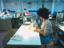 Une femme travaillant dans une usine de chaussures