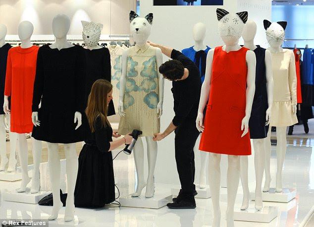 Pegá-los enquanto você pode!  Trabalhadores Harvey Nichols dar os últimos retoques a uma exibição de coleção Victoria Beckham é 'Victoria'