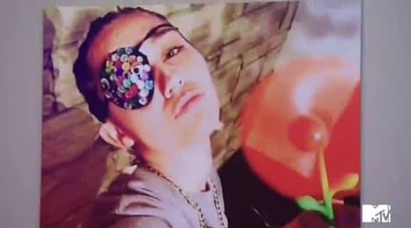Um dos selfies Instagram mencionadas como um exemplo em que skit apresenta Miley com um olho escondido.