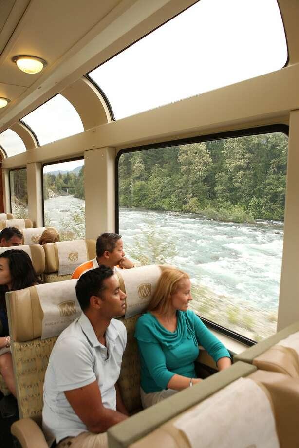 Αριστερά: Τα μεγάλα παράθυρα επιτρέπουν στους επιβάτες σχετικά με το Rocky ορειβάτης για να απολαύσετε την πανοραμική θέα της καναδικής άγριας φύσης.  Φωτογραφία: Rocky Mountaineer