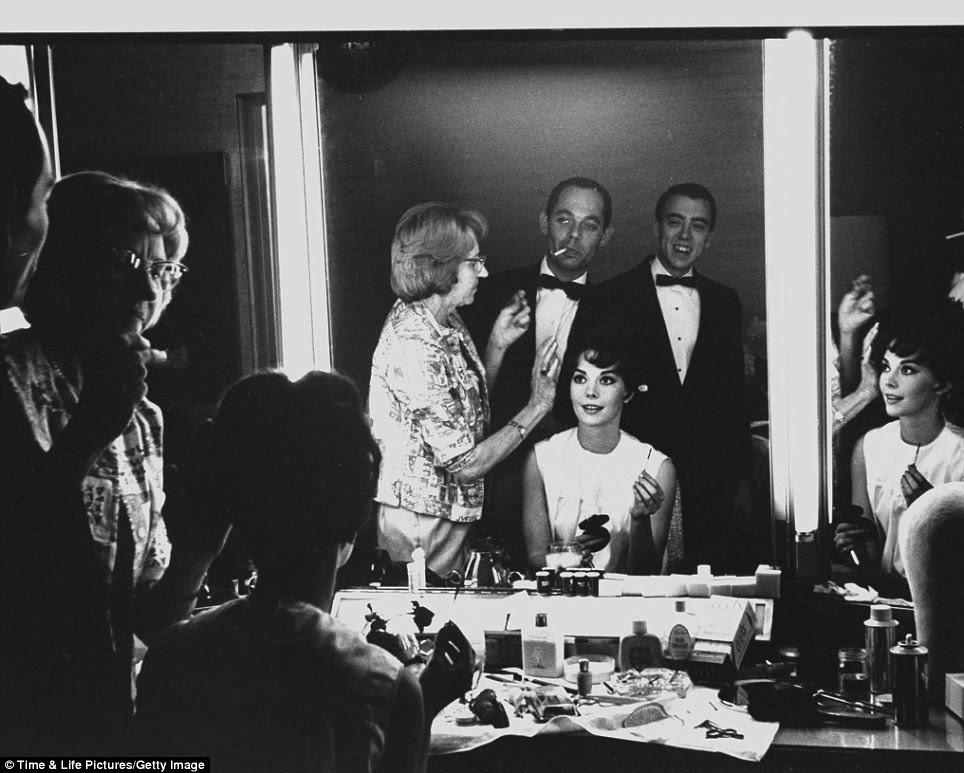Imagem perfeita: Natalie Wood tem seu cabelo feito em um quarto de vestir a Warner Brothers à frente dos prêmios, onde ela foi nomeada para Melhor Atriz Coadjuvante em Rebelde Sem Causa