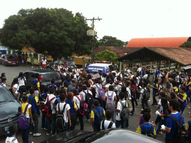 Aulas em escola onde ocorreu briga foram suspensas na manhã desta quinta (Foto: Camila Henriques/G1 AM)