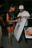 Rihanna Shorts y Botas Mosqueteras