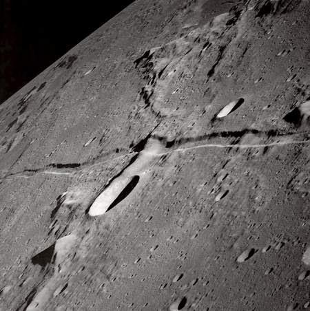 """Foto bagian Bulan ini diperoleh dari NASA pada tahun 1969 dari ketinggian 14 Km dari permukaan Bulan, menunjukkan bahwa keadaan celah itu memperlihatkan efek """"Fusi"""" maka mereka pun menganggap penyebab efek tersebut disebebkan oleh cairan Lava yang keluar dari celah-celahnya lalu menutupi celah tersebut. Referensi gambar dan badan antariksa AS NASA: http://apod.nasa.gov/apod/image/0210/rille_apollo10_big.jpg"""