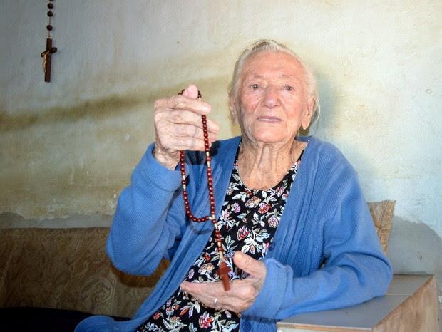 Católica, mulher de 112 anos nascida em Piracicaba, segura terço nas mãos (Foto: Fernanda Zanetti/G1)