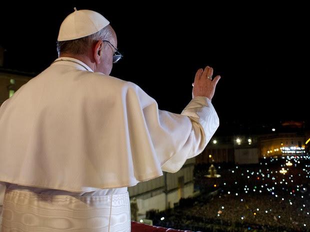 13 de março - Foto divulgada pelo Vaticano mostra o Papa Francisco acenando  para a multidão 5dcd32d7ac974