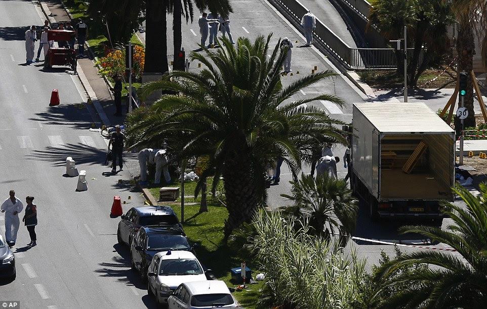Cena do crime: O camião usado como uma arma do crime permanece na cidade Riviera Francesa famoso passeio marítimo com a polícia recolha de provas e marcação cápsulas de balas colocadas com sinais numerados amarelo