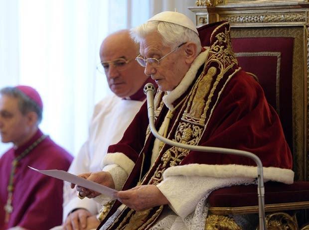 O Papa Bento XVI lê nesta segunda-feira (11) o anúncio de sua renúncia, durante reunião de cardeais no Vaticano. A imagem foi divulgada pelo jornal ' L'Osservatore Romano', do Vaticano (Foto: AP)