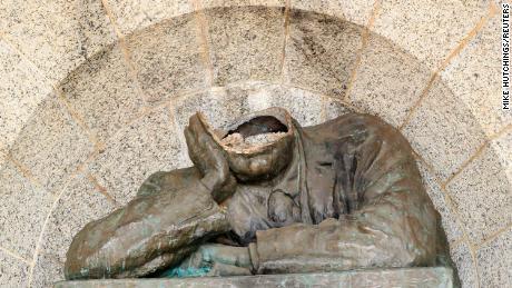 Estatua del colonialista británico Cecil Rhodes decapitado en Sudáfrica