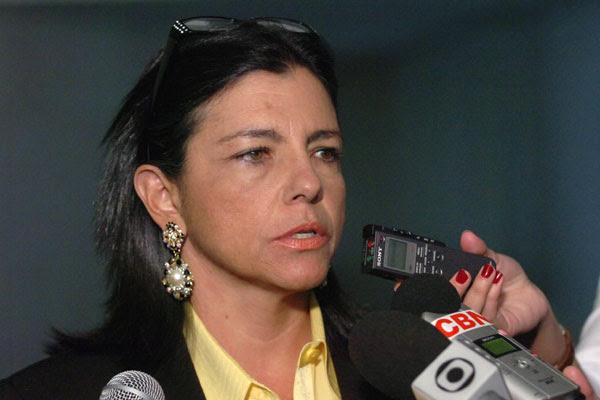 Governadora deverá passar quatro meses no exterior após renúncia