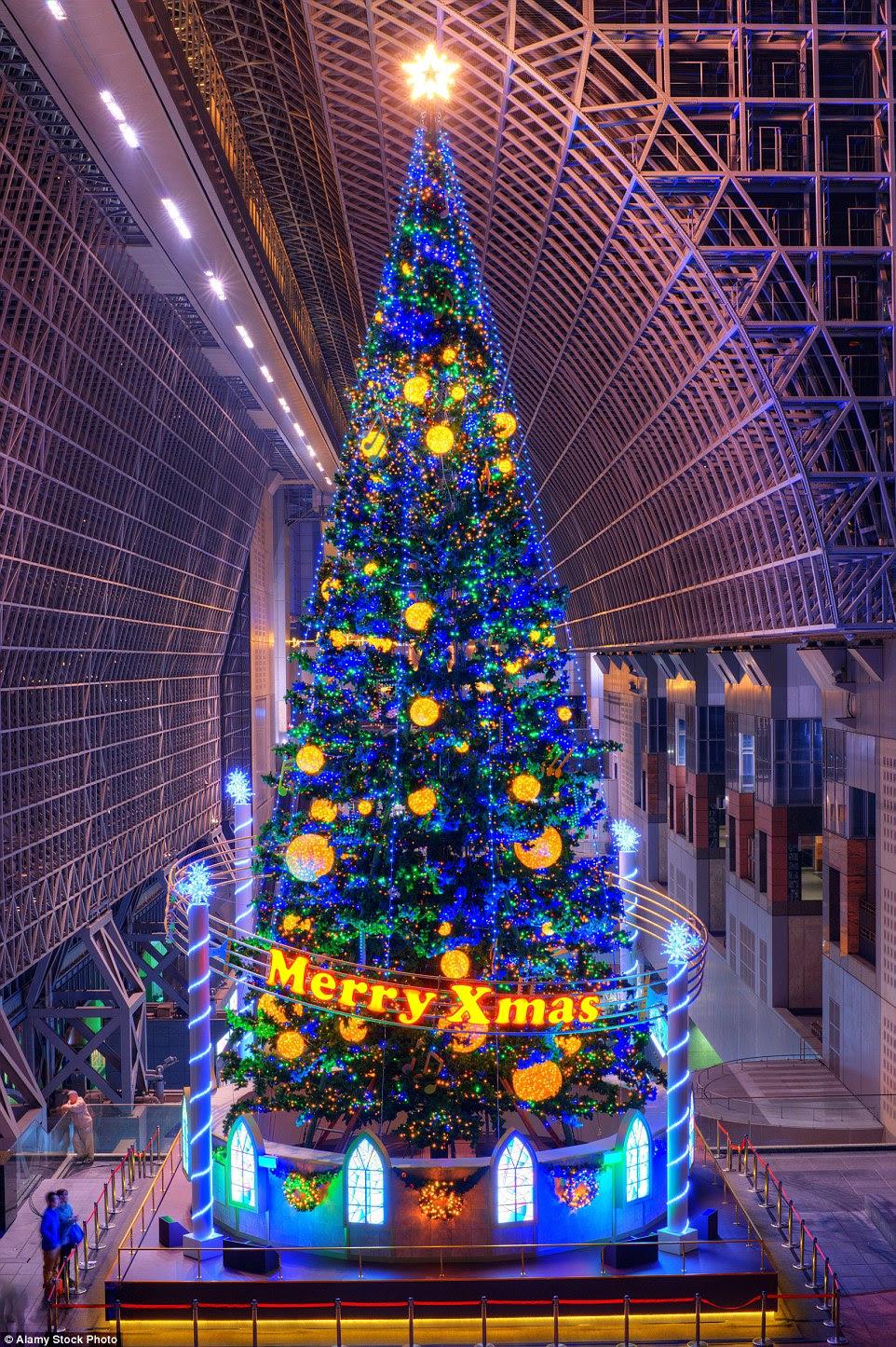 Estação de Kyoto no Japão se referem à sua decoração festiva como 'representante' do edifício, tal como está firmemente que guarda a entrada a cada dezembro