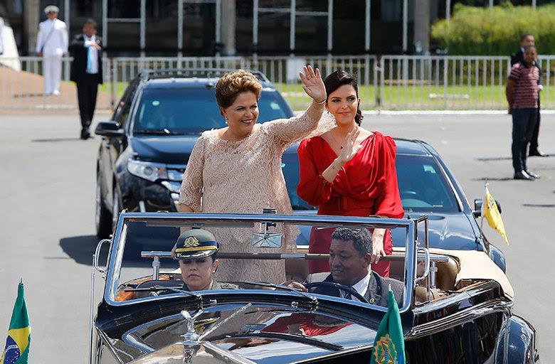 Na cerimônia de posse nesta quinta-feira (1º), Dilma Rousseff desfilou em carro aberto pelas ruas de BrasíliaAssista ao desfile em carro aberto da presidente Dilma Rousseff
