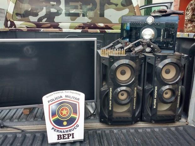 Material apreendido nesta sexta-feira (1º) com suspeitos de assalto em Cachoeirinha, Agreste de Pernambuco (Foto: Divulgação/ Bepi)