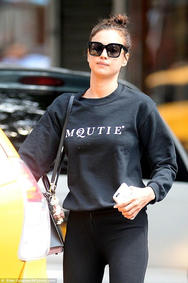 Ela é uma gracinha!  Irina Shayk encobre na camisa do logotipo que ela voltar para a vida da cidade, com Bradley Cooper depois das férias de biquíni na sexta-feira de manhã