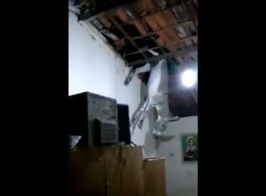 Jumento sobe em telhado de casa na Paraíba e cai na cozinha; veja vídeo