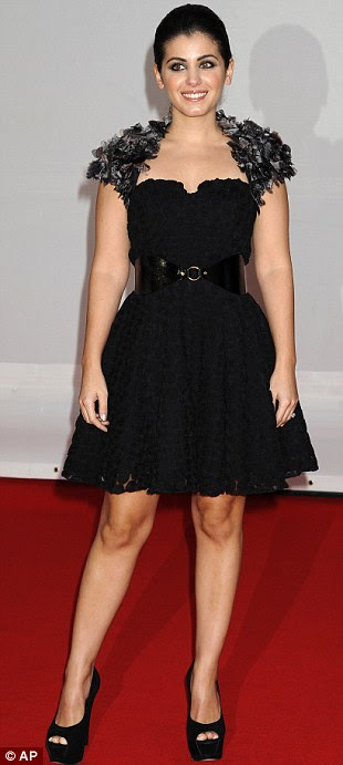 Intérprete Katie Melua chega para os Brit Awards