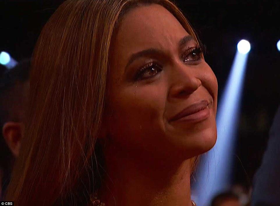 Aww: Adele elogiou Beyonce durante seu discurso de aceitação que moveu a cantora de 35 anos para lágrimas