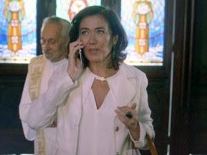 Marta estranha ligação de Zé (Foto: TV Globo)