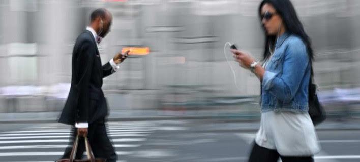 Κινητό και στο δρόμο -Ερευνα για τα νέα ζόμπι των smartphones