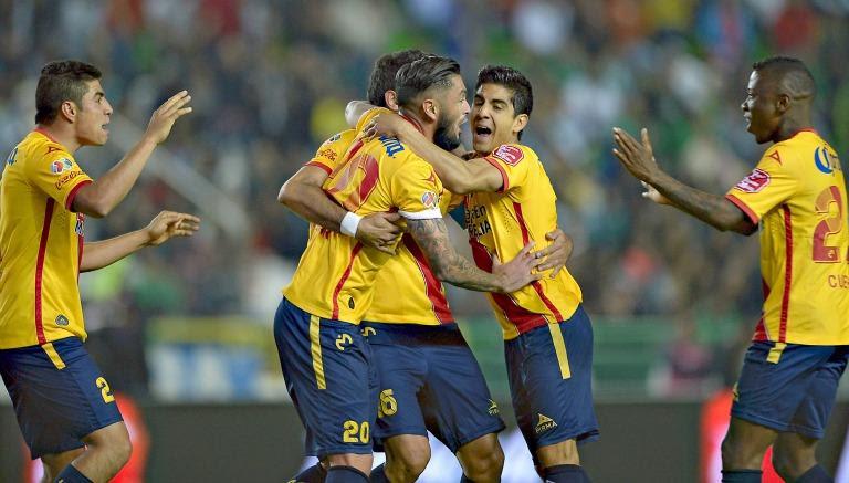 Jugadores de Morelia festejan un gol de Monarcas