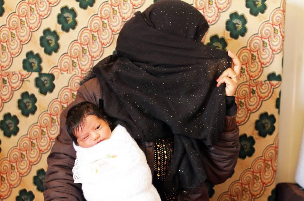 Amal, de 16 años, acaba de dar a luz a su hijo Mohamed en el campo de refugiados de Zaatari (Jordania).