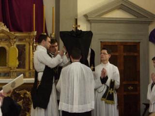 06 - Avant la seconde étape du dévoilement de la croix de l'autel.