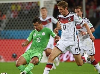Taider, da Argélia, disputa bola com Muller