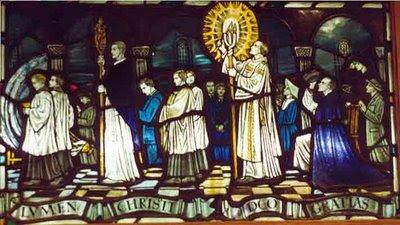 Witraż kościoła w Kesgrave (Anglia). Podczas Wigilii Paschalnej subdiakon niesie krzyż w złożonym ornacie, a diakon niesie trianguł, który w 1955 roku miał zniknąć na zawsze...