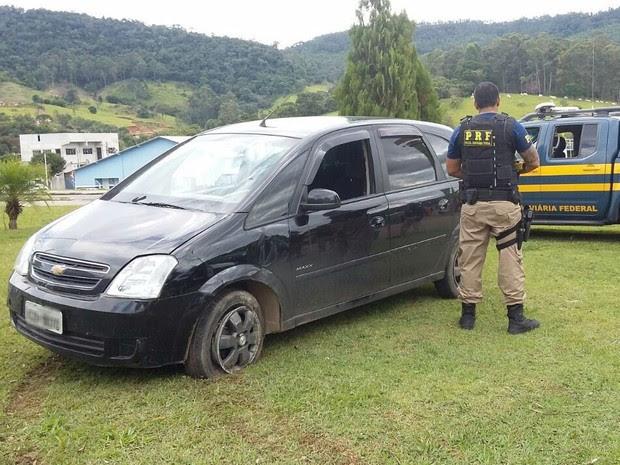 Dois homens foram presos após fugir de blitz em Vargem (Foto: Divulgação/Polícia Rodoviária Federal)