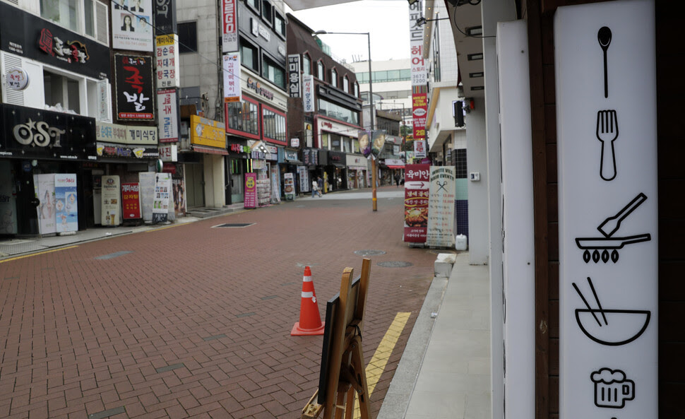 사회적 거리두기가 2.5단계로 격상된 가운데 31일 낮 서울 종로구 대학로 일대가 점심시간임에도 한산한 모습을 보이고 있다. 김혜윤 기자 unique@hani.co.kr