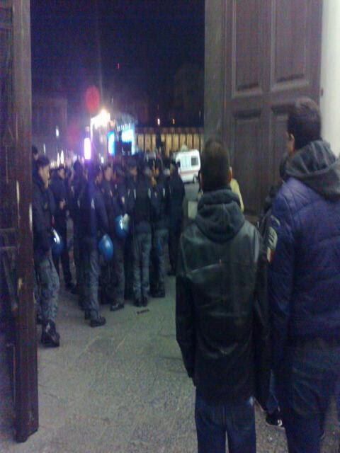 napoli.bersani - studenti aggrediti dalla polizia