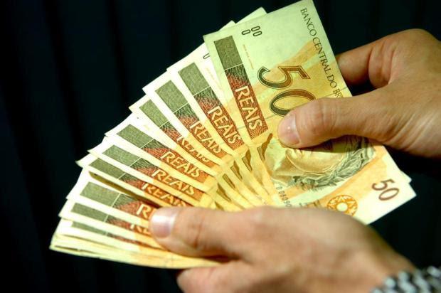 Saiba se vale a penareceber adiantadoo 13º salário ou a restituição do Imposto de Renda Genaro Joner/Agencia RBS