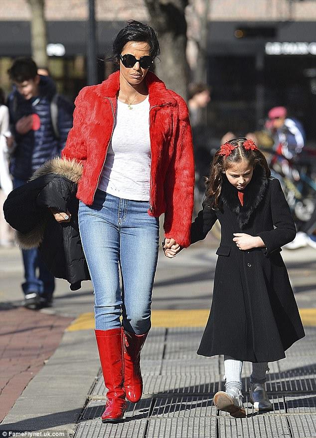 Doting mãe: Padma tem filha Krishna, sete, com o ex Adam Dell.  Eles são retratados em 8 de março