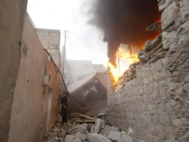 Chama de fogo sai de lugar atingido por explosão em Azaz, cidade síria perto da fronteira com a Turquia, nesta quinta (15) (Foto: REUTERS/Mahmoud Hassano)