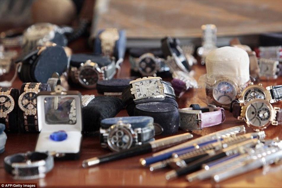 Os Panteras vestidos como mulheres para roubar Harry Winston, em Paris, e fugiu com os diamantes, relógios, rubis e esmeraldas (alguns na foto) no valor de cerca de £ 70 milhões
