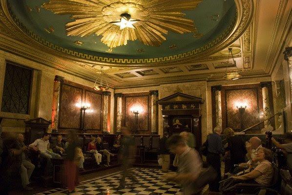 """A loja maçônica em Andaz Hotel, em Londres.  Parece estranhamente similar à fase de holograma """"actua"""" de MJ por diante."""