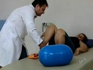 Valéria Rosa Cisterna precisa das sessões de fisioterapia para voltar as atividades normais (Foto: Reprodução/TV TEM)