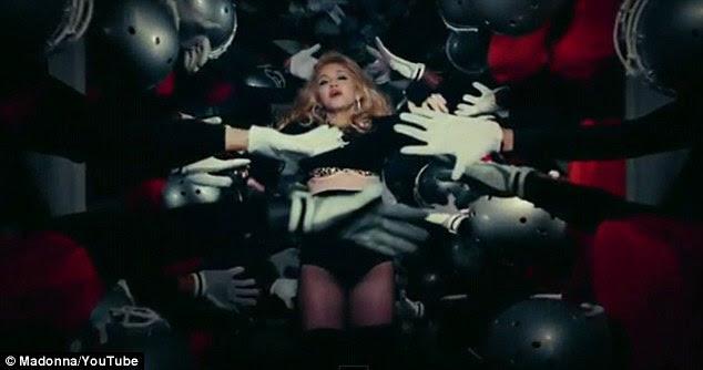 """Futebol temático: Madonna usa um conjunto tipicamente reveladora enquanto se divertindo com jogadores de futebol americano em seu novo vídeo para dê tudo Luvin Seu """", lançada hoje"""