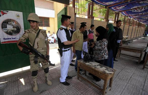 Voters present papers at a polling station in the El Sayda Zeinab area on the third day of voting in the Egyptian presidential elections in Cairo, May 28, 2014.    REUTERS-Amr Abdallah Dalsh