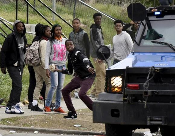 """Según el portavoz de la policía de Baltimore, Eric Kowalczyk, un grupo de """"intolerables criminales"""", predominantemente jóvenes, comenzaron en horas de la tarde a atacar """"sin provocación previa"""" a los agentes, que sufrieron lesiones """"de consideración"""". Foto: Boston Globe"""