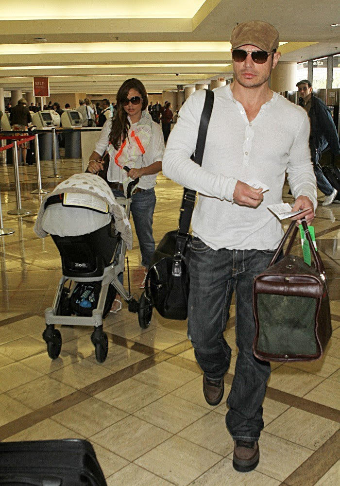 Nick Lachey - Nick Lachey Leaves LA With His Family