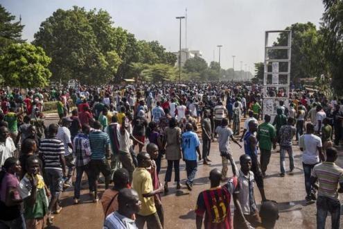 Onda de protestos leva à renúncia do presidente de Burkina Fasso