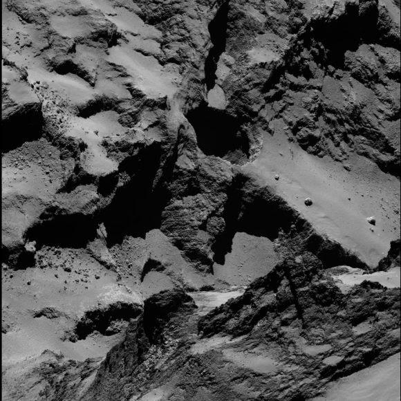 La cavidad Seth 01 posee 220 metros de diámetro y 185 metros de profundidad. Aquí la vemos en una imagen de OSIRIS del 20 de septiembre (ESA/Rosetta/MPS for OSIRIS Team MPS/UPD/LAM/IAA/SSO/INTA/UPM/DASP/IDA).