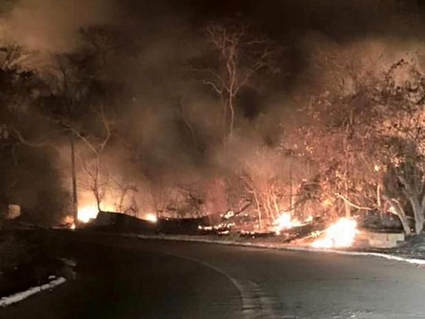 As chamas começaram às 18h e só foram controladas a 00h10 de quarta-feira. Moradores também participaram dos trabalhos (Foto: Soraya Mororo Sol/Facebook)